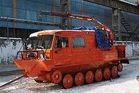 «Чайка-Сервис» установил кран-манипулятор на гусеничный снегоболотоход