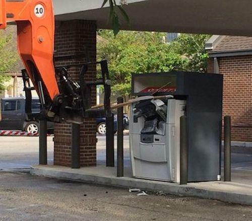 Погрузчик напал на банкомат